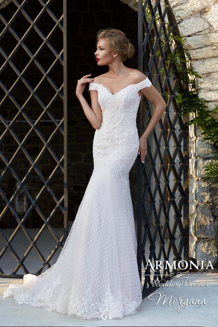 Модель кружевного свадебного платья с приспущенными плечами МОРГАНА