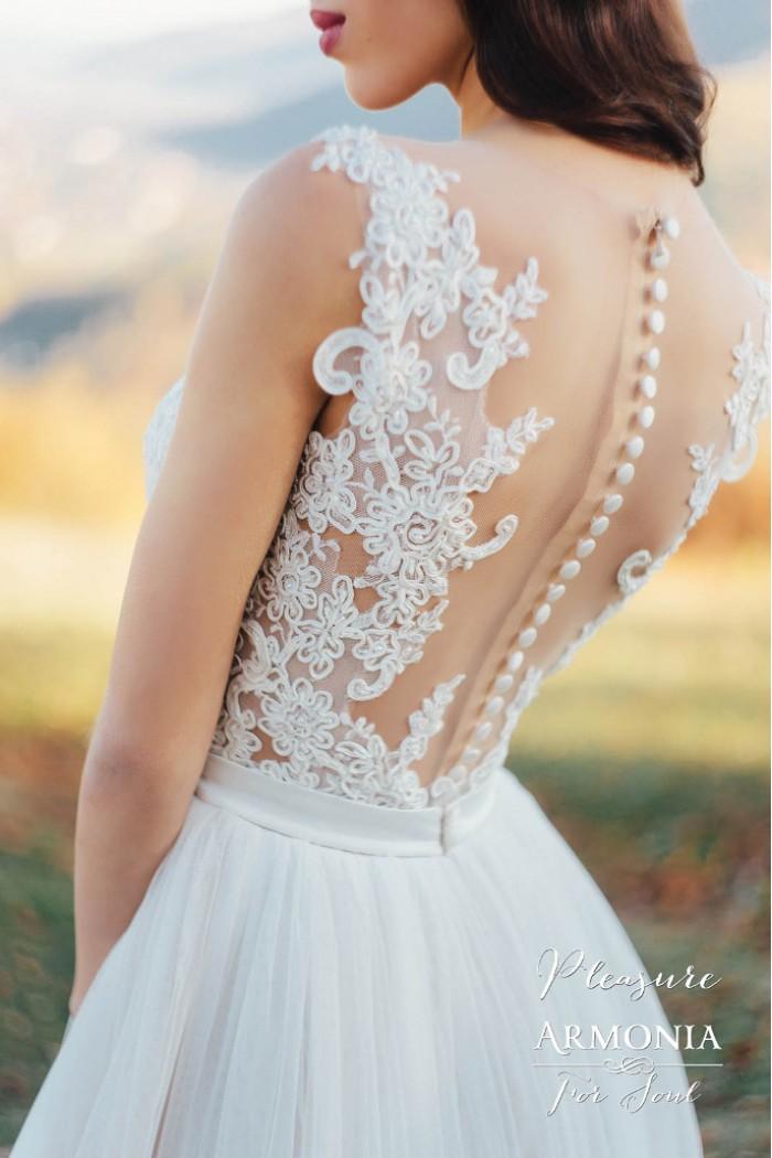 Элегантное свадебное платье с открытой спиной и нежной юбкой ПЛЕЖЕ