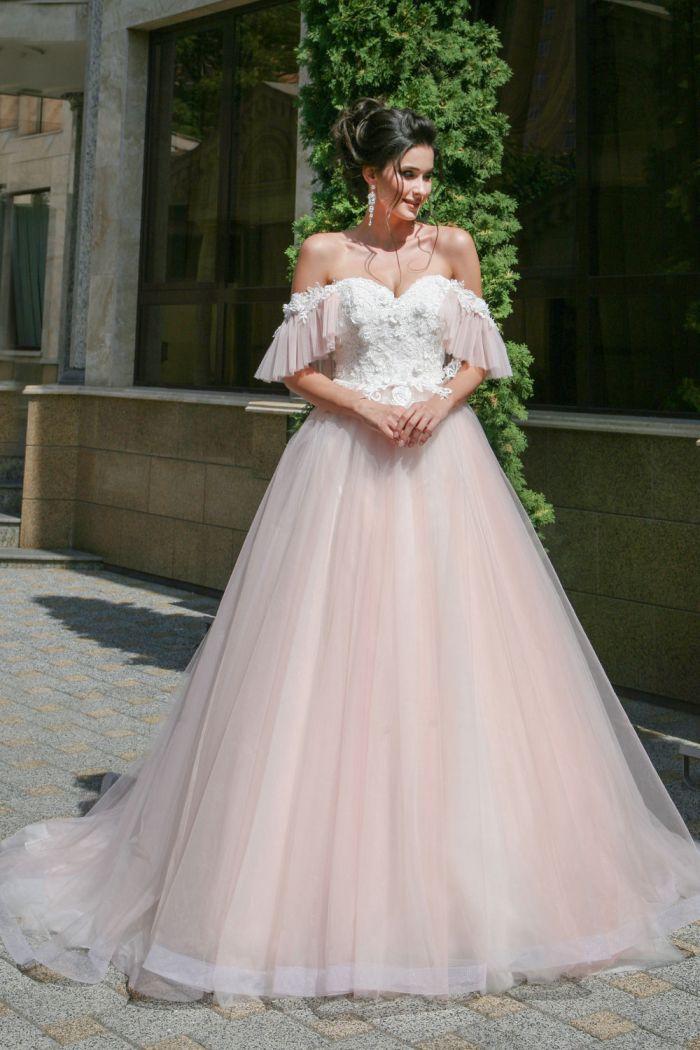 Красивое свадебное платье с открытыми плечами и пышной юбкой АВГУСТА