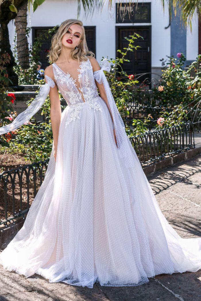 Свадебное платье с глубоким декольте и воздушной юбкой КЛЭР
