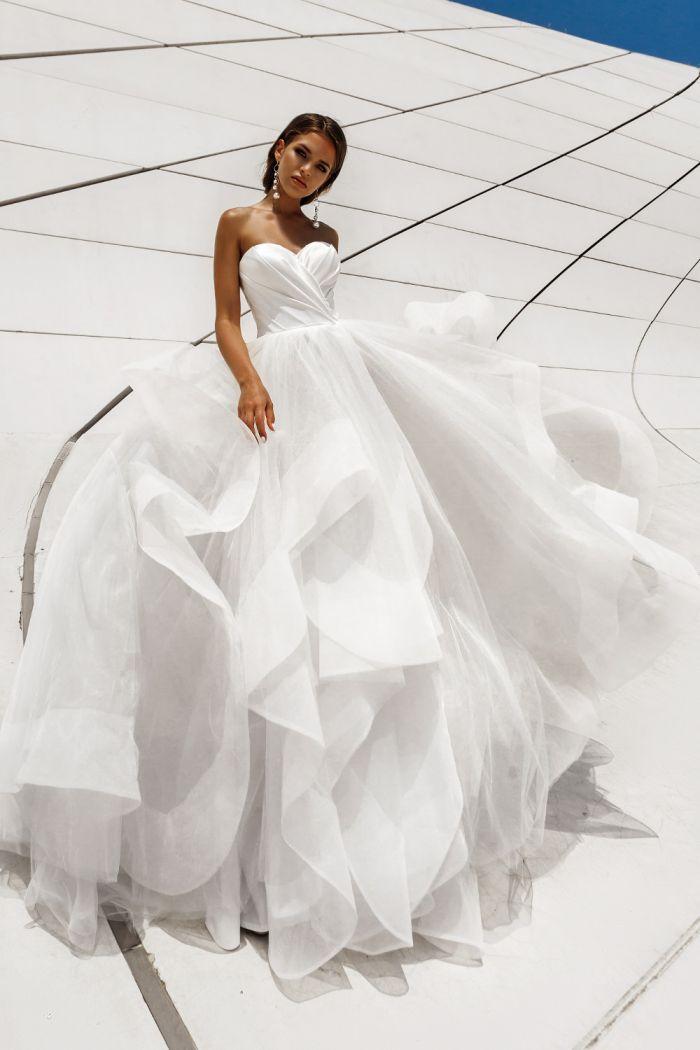 Свадебное платье с уникальной многоуровневой юбкой ESTEL