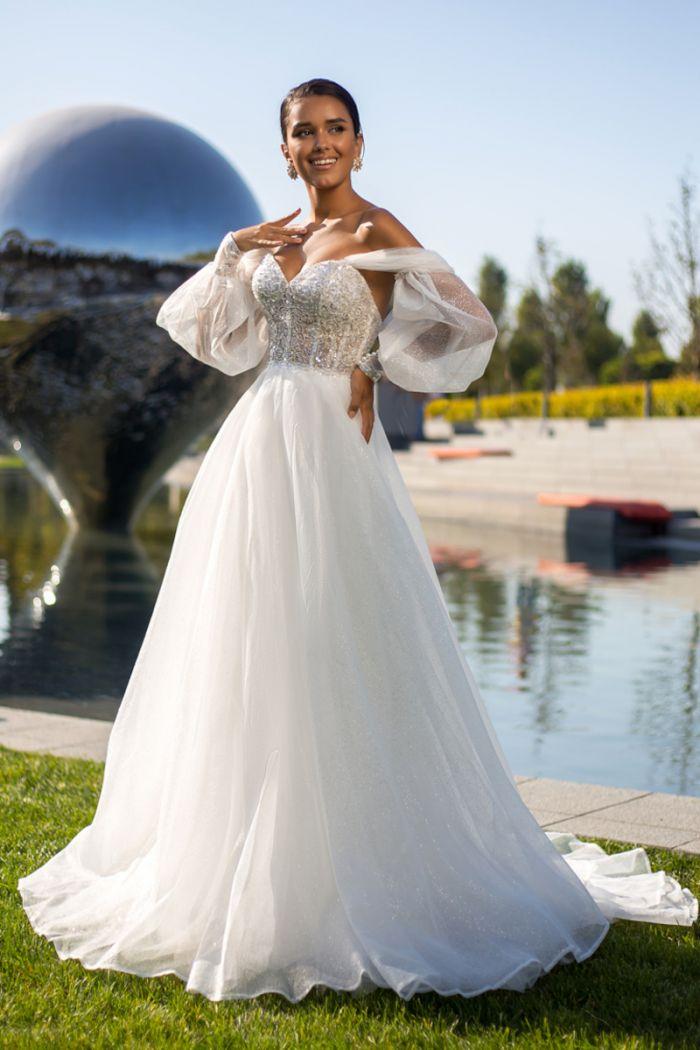 Свадебное платье с открытыми плечами сверкающим корсетом и пышной юбкой РАЯС