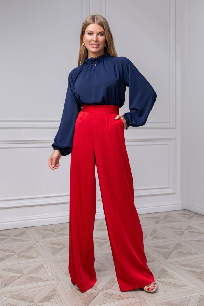 Шифоновая блузка синего цвета и широкие алые брюки из крепа ДЖИЛЛ