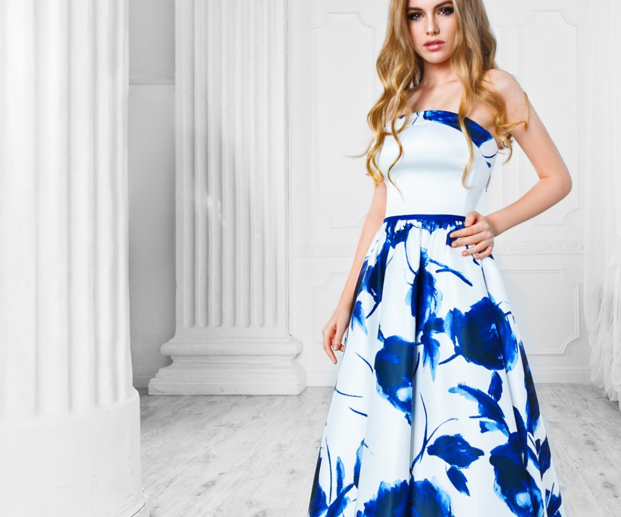Бело синее длинное платье с рисунком в виде пионов БЛАНКА