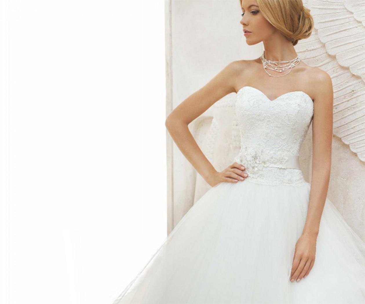Пышное свадебное платье с открытыми плечами ТОПАЗ