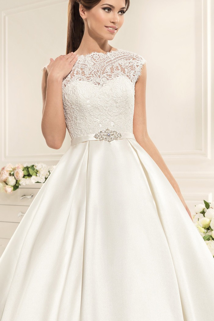 Пышное свадебное платье с закрытым верхом и открытой спиной АЛВЕНА