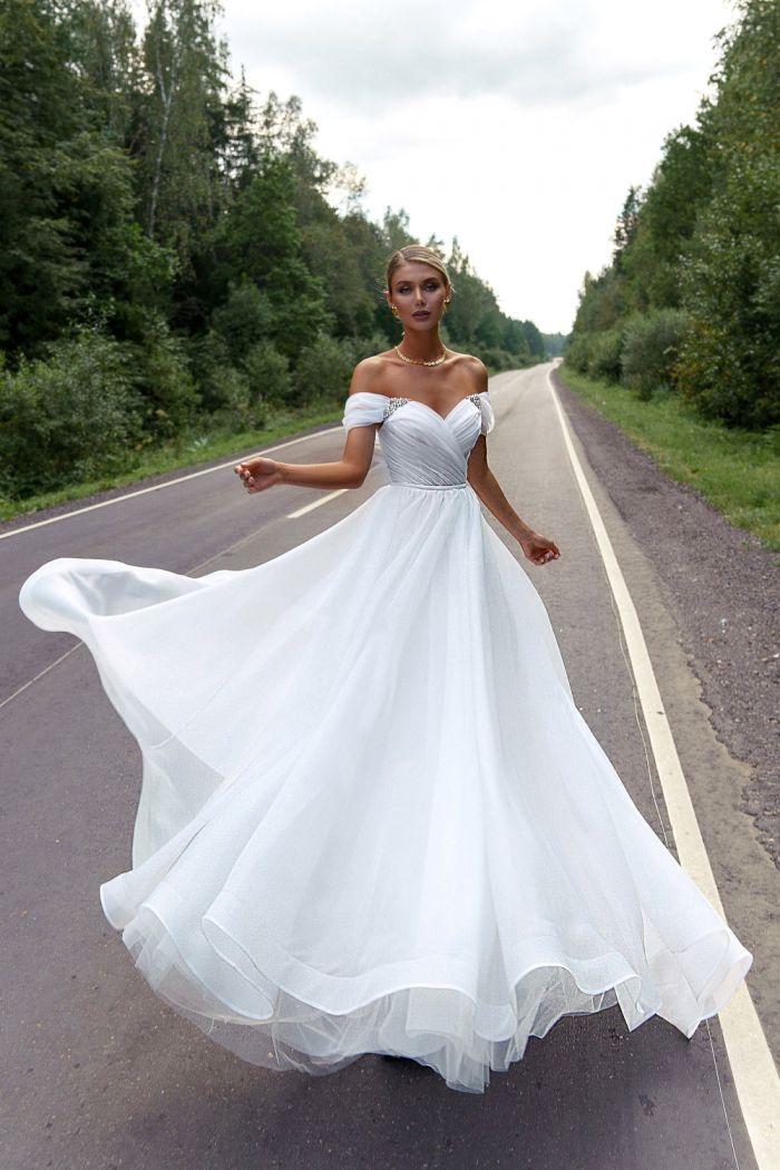 Легкое свадебное платье с открытыми плечами и длинной юбкой ВИЛОРА