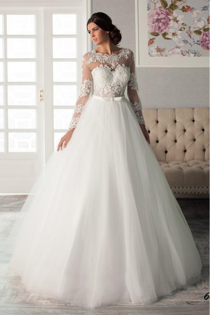 Белое свадебное платье с пышной юбкой