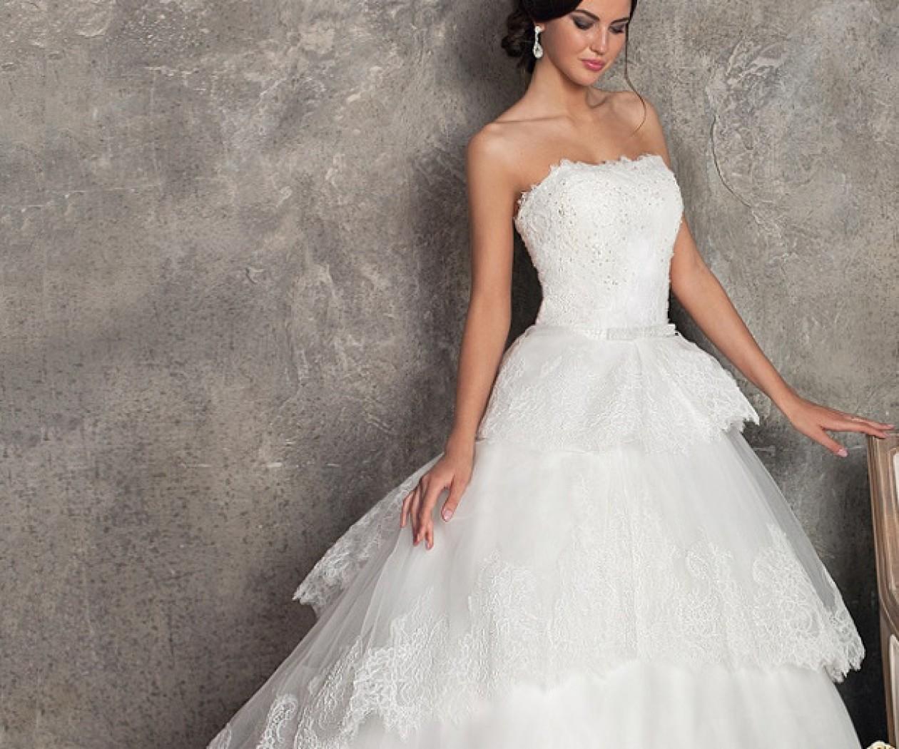 Свадебное платье с открытым верхом и пышной юбкой SALI BRIDAL