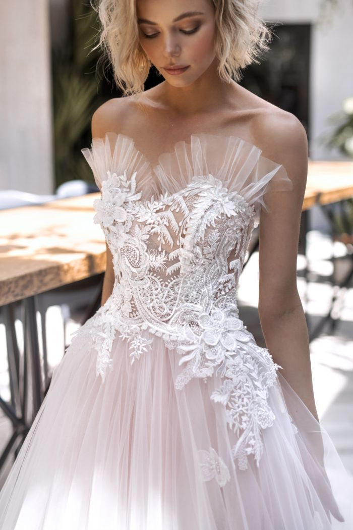 Свадебное платье с воздушной юбкой и необычным декором ПИККОЛО ФИОРЕ