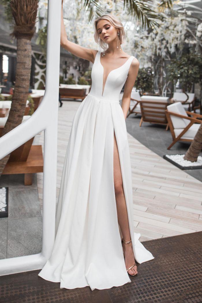 Атласное свадебное платье с высоким разрезом ТАРА