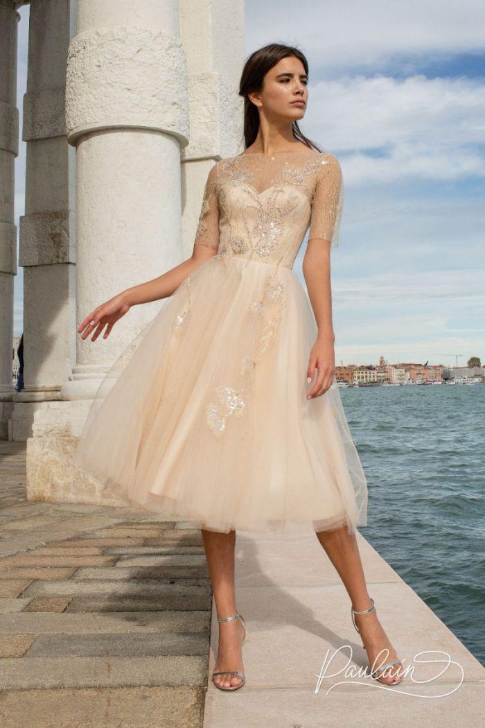 Красивое вечернее платье с открытой спиной и короткой пышной юбкой ЮРАТЕ