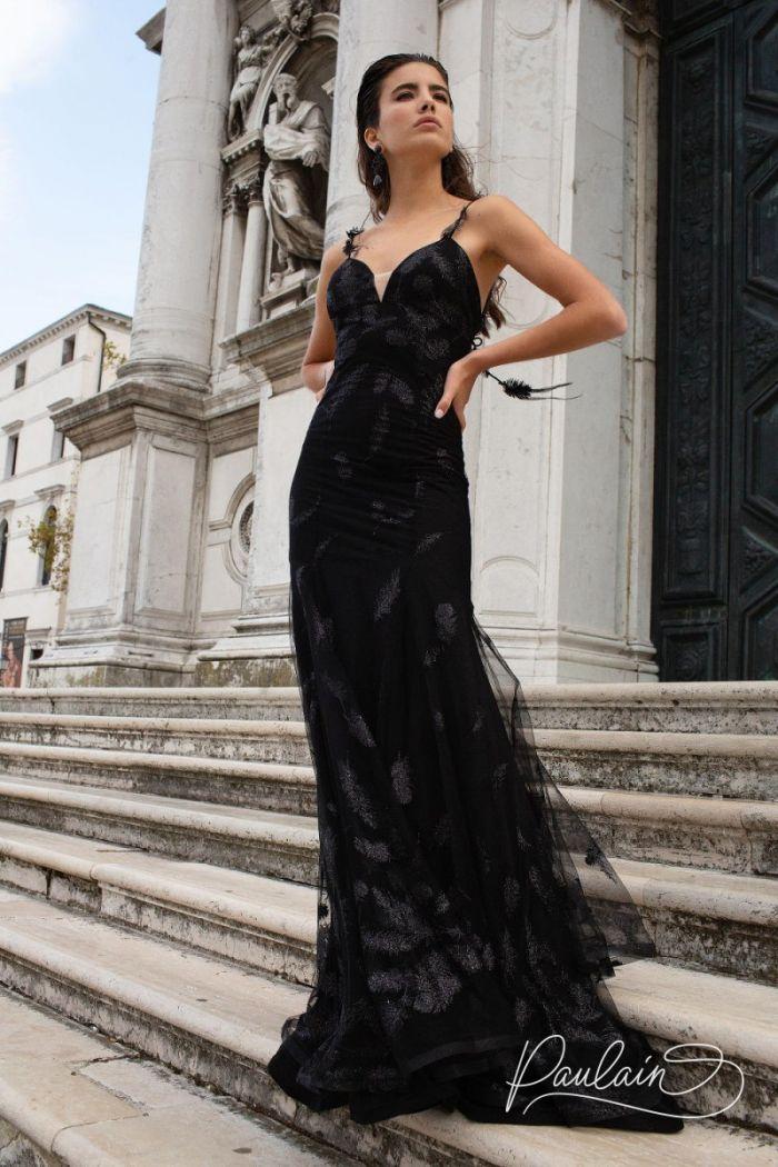 Вечернее сверкающее платье черного цвета силуэта рыбка декорированное перьями ОДИЛИЯ